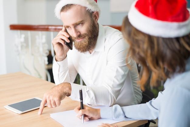 Glimlachende succesvolle zakenman die vrolijke kerstmis wenst