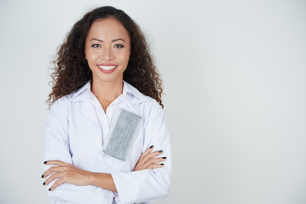 Glimlachende tandarts in witte jas