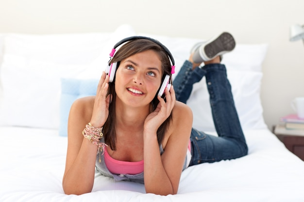 Glimlachende tiener die aan de muziek luistert