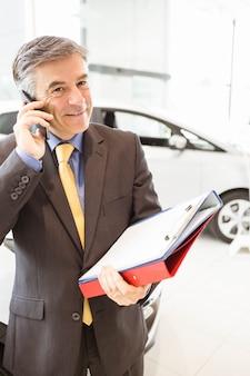 Glimlachende verkoper die een telefoongesprek heeft