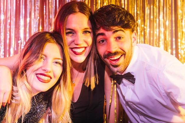 Glimlachende vrienden die 2018 vieren