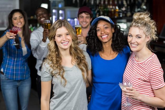 Glimlachende vrienden die een drank hebben