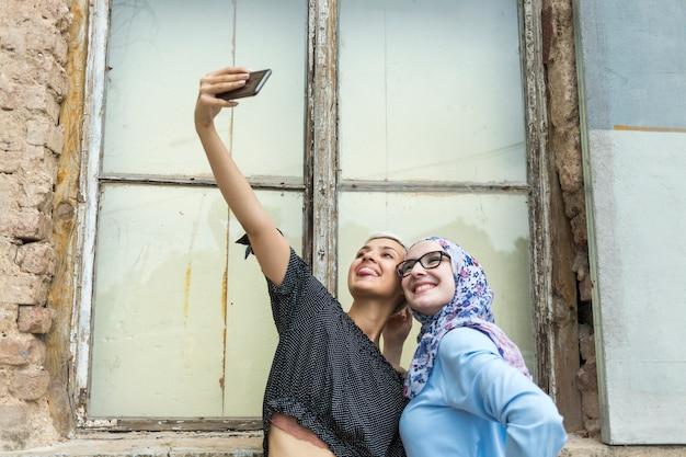 Glimlachende vrienden die een selfie nemen