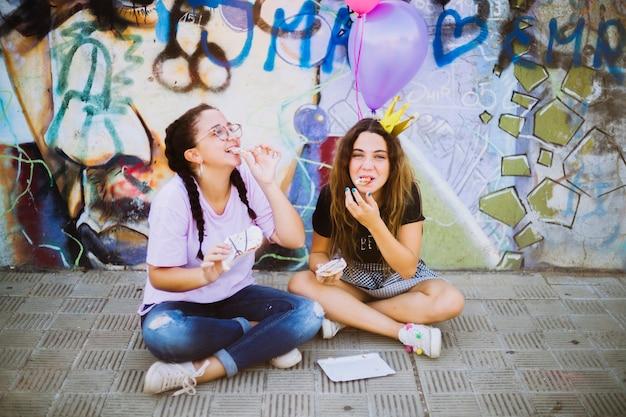 Glimlachende vrienden die gebakje eten