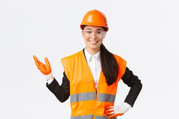 Glimlachende vrolijke aziatische vrouwelijke bouwmanager