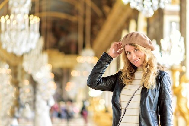 Glimlachende vrouw bij het paleis van versailles, frankrijk