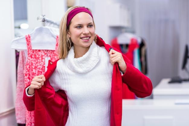 Glimlachende vrouw die op rode laag zet