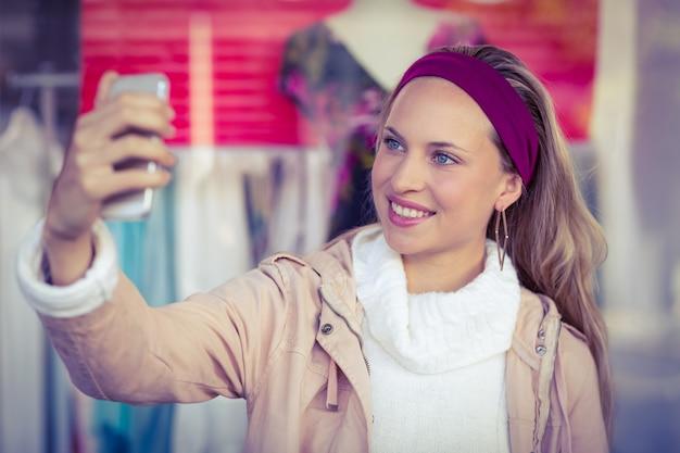 Glimlachende vrouw die selfies neemt