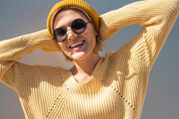 Glimlachende vrouw die van de zon geniet