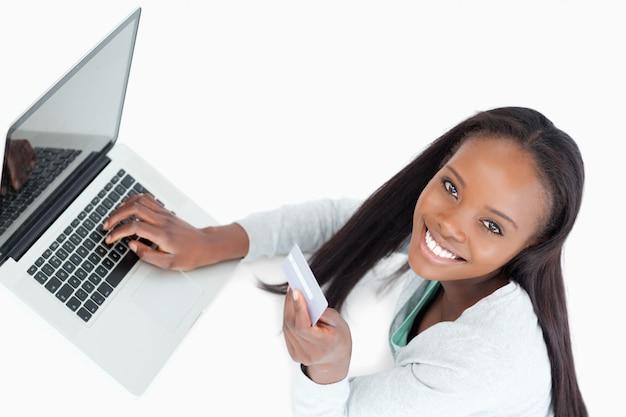 Glimlachende vrouw die vlucht online boeken