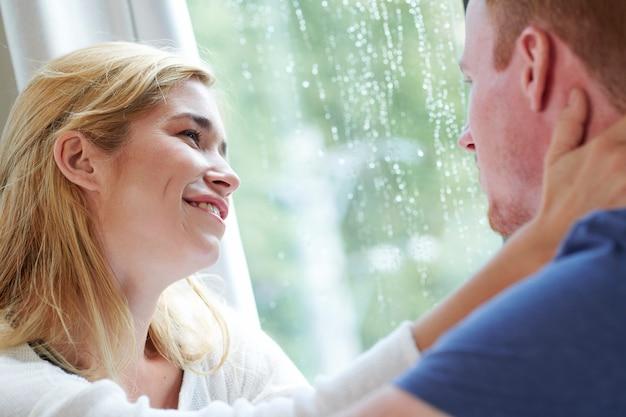 Glimlachende vrouw die vriend met liefde en inschrijving bekijken