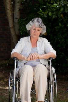 Glimlachende vrouw in haar rolstoel