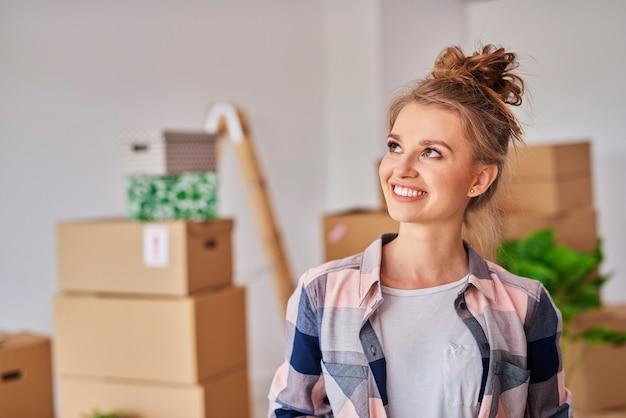 Glimlachende vrouw in nieuw huis