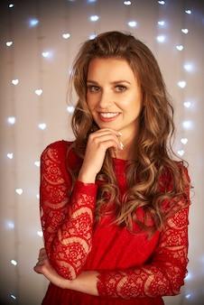 Glimlachende vrouw in rode jurk