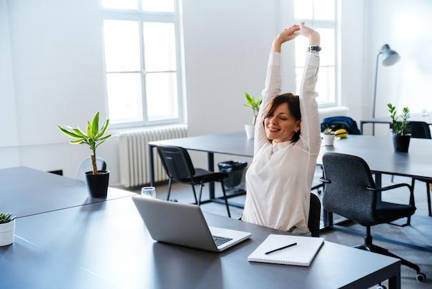 Glimlachende vrouw, levende dag, vrije tijd op het kantoor.