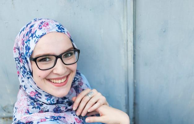Glimlachende vrouw met bloemrijke hijab