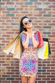 Glimlachende vrouw met boodschappentassen