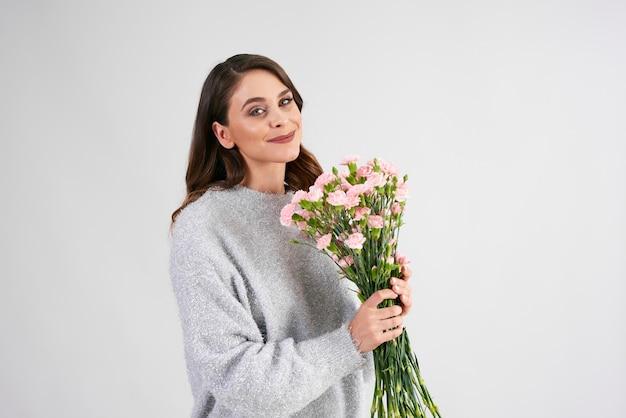 Glimlachende vrouw met bos bloemen