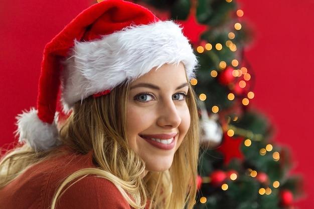 Glimlachende vrouw met een kerstmuts