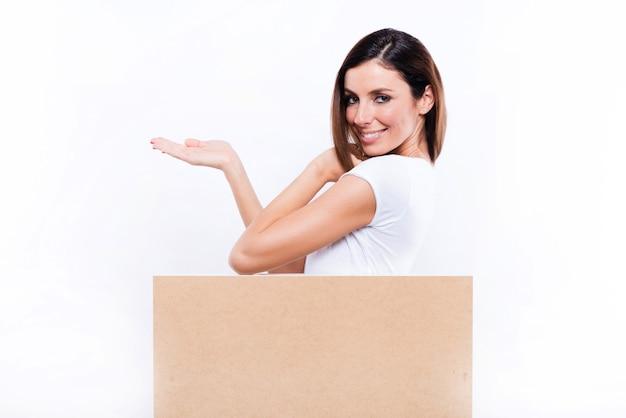 Glimlachende vrouw met een uithangbord
