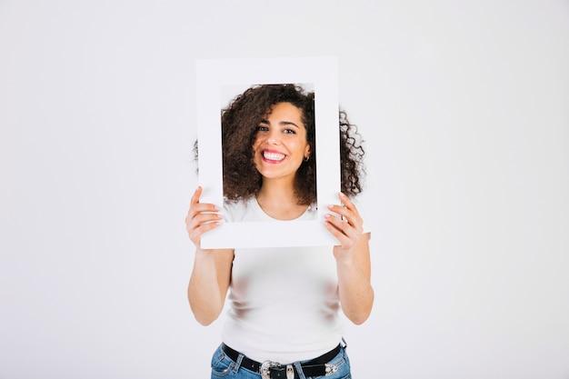 Glimlachende vrouw met frame