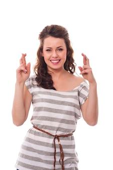Glimlachende vrouw met gekruiste vingers
