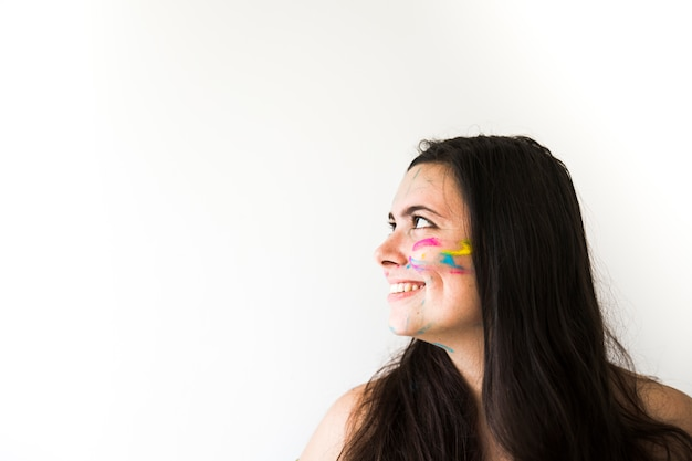 Glimlachende vrouw met kleuren op gezicht