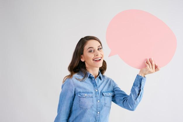 Glimlachende vrouw met lege tekstballon