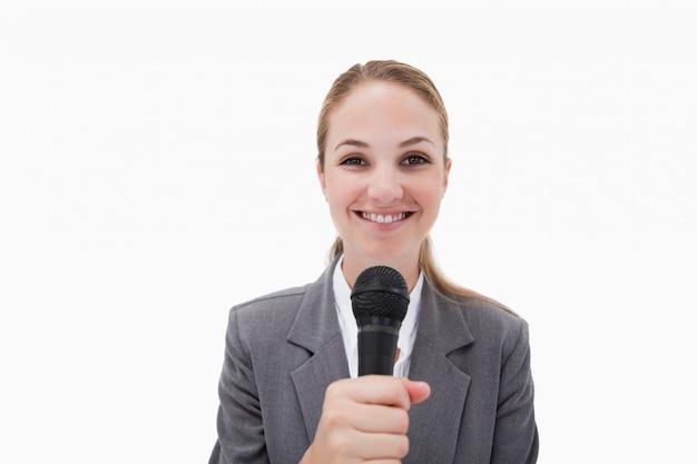 Glimlachende vrouw met microfoon