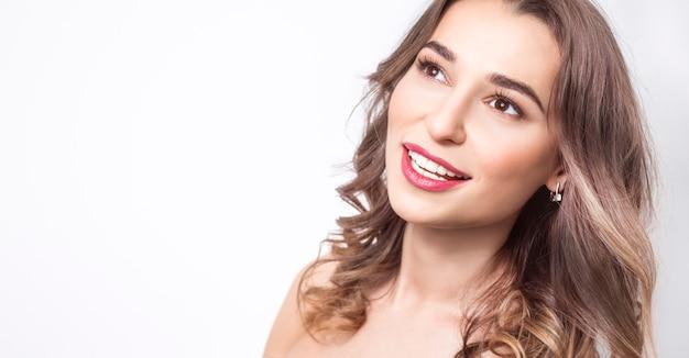 Glimlachende vrouw met mooie witte tanden.