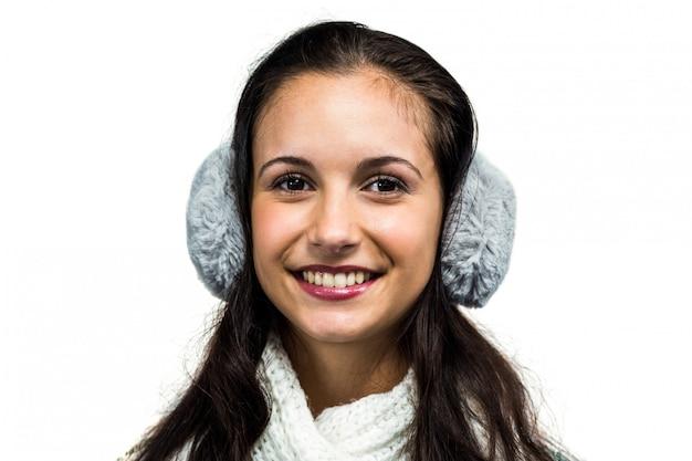 Glimlachende vrouw met oorbeschermers