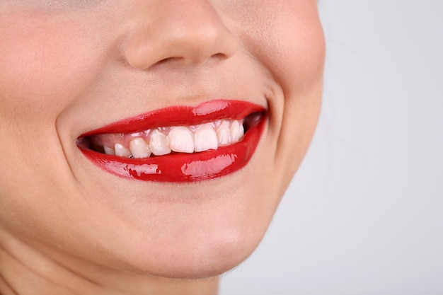 Glimlachende vrouw met rode lippen close-up