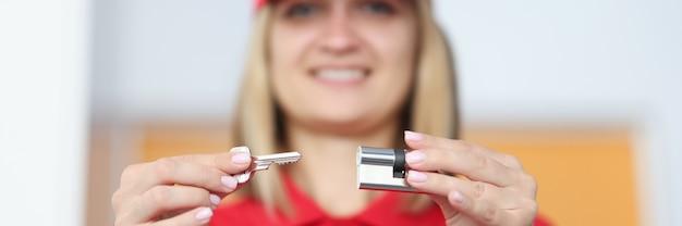 Glimlachende vrouw met sleutel en hangslot close-up
