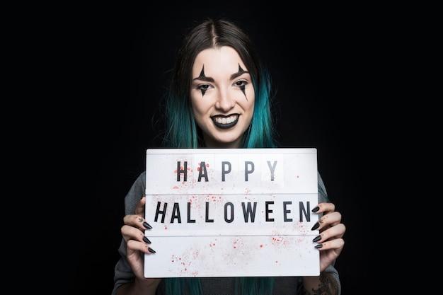Glimlachende vrouw met uithangbord