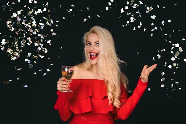 Glimlachende vrouw met wijnglazen met champagne
