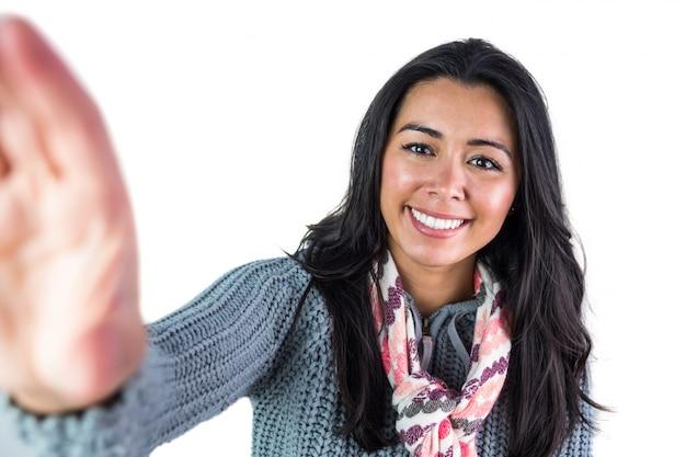 Glimlachende vrouw ongeveer om een selfie te nemen