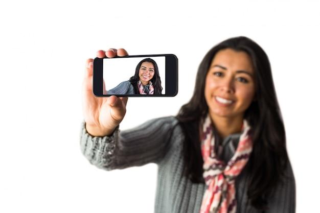 Glimlachende vrouw ongeveer om een selfie te nemen Premium Foto