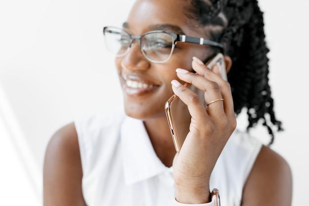 Glimlachende vrouw praten aan de telefoon