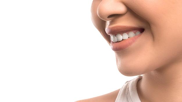 Glimlachende vrouw. tand- en kuuroordconcept. huidsverzorging. geïsoleerd op witte achtergrond