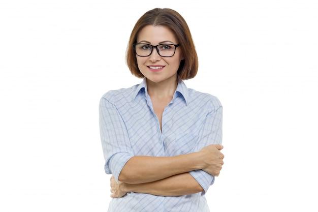 Glimlachende vrouw van middelbare leeftijd met gevouwen armen