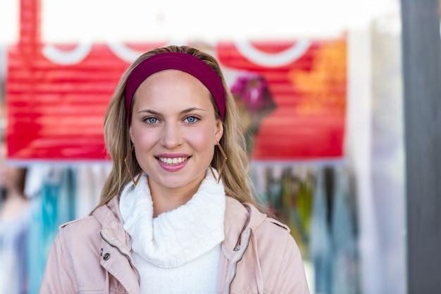 Glimlachende vrouw voor verkoopteken