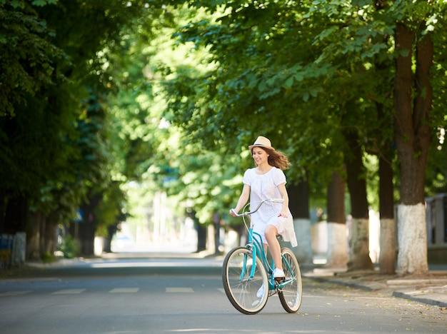 Glimlachende vrouwelijke berijdende fiets