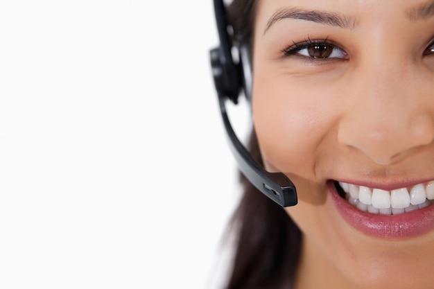 Glimlachende vrouwelijke call centreagent met hoofdtelefoon