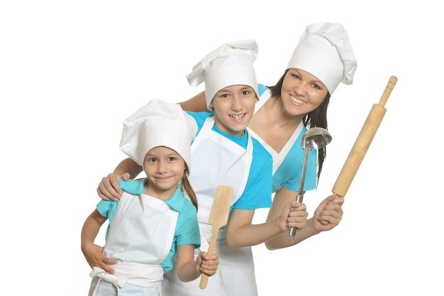 Glimlachende vrouwelijke chef-kok met assistenten geïsoleerd op een witte achtergrond.