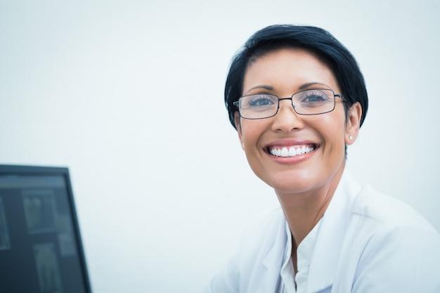 Glimlachende vrouwelijke tandarts