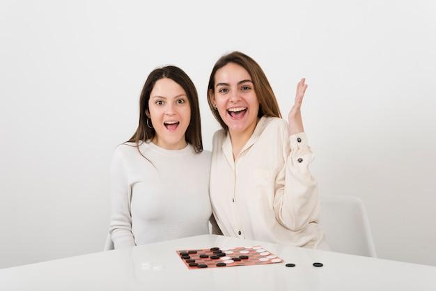 Glimlachende vrouwen die controleurs spelen