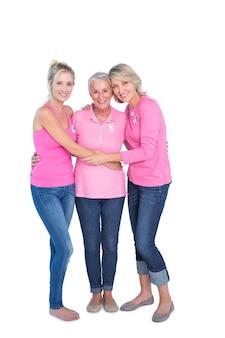 Glimlachende vrouwen die roze bovenkanten en linten voor borstkanker dragen