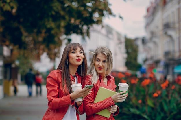 Glimlachende vrouwen met een smartphone