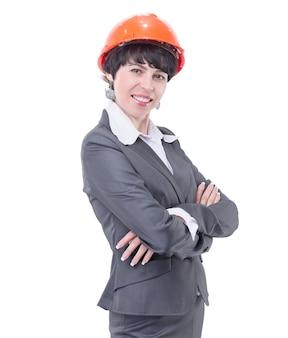 Glimlachende vrouwenarchitect in beschermende helm. geïsoleerd op lichte achtergrond