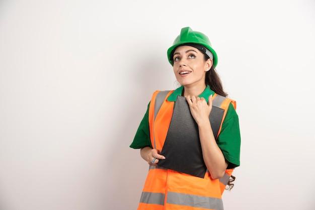 Glimlachende vrouwenconstructeur met klembord op witte achtergrond. hoge kwaliteit foto